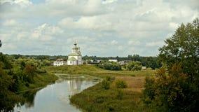 Kristen kyrka i byn - floden på en förgrund - Suzdal, Ryssland - tidschackningsperiod lager videofilmer