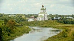Kristen kyrka i byn - vattenliten vik på en förgrund - Suzdal, Ryssland arkivfilmer