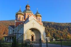 Kristen kyrka i höstlandskap royaltyfri bild