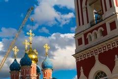 Kristen kyrka i solen och en kran Fotografering för Bildbyråer