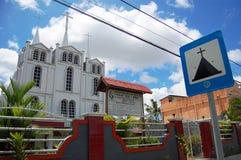 Kristen kyrka med vägmärket för metallplatta fotografering för bildbyråer