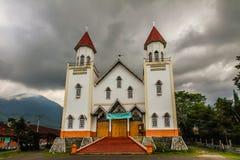 Kristen kyrka och storm moln-Flores, Indonesien arkivfoto