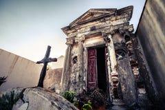 Kristen kyrkogård, grav inom liten byggnad arkivbild