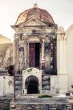 Kristen kyrkogård, grav inom liten byggnad arkivbilder