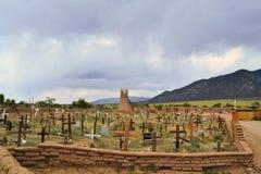 Kristen kyrkogård i den Taos puebloen som är ny - Mexiko royaltyfri fotografi