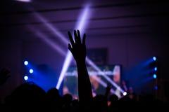 Kristen musikkonsert med den lyftta handen arkivfoton