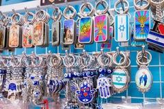 Kristen och israeliska simbolicskeychains som är till salu på Nazareth s royaltyfri bild