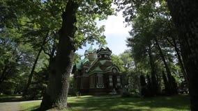 Kristen ortodox kyrka i den gröna sommarskogen arkivfilmer