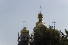 Kristen ortodox vitkyrka med guld- kupoler och kors återställande Royaltyfri Foto