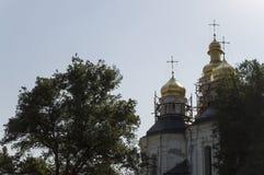 Kristen ortodox vitkyrka med guld- kupoler och kors återställande Arkivfoton