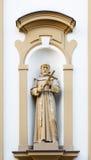 Kristen skulptur på fasaden av kyrkan royaltyfri foto