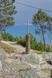 Kristen skulptur, träkors och sten i grunden royaltyfria foton