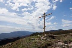 Kristen som är arg i bergen royaltyfri foto