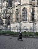 Kristen som går non nära kyrkan Arkivfoto