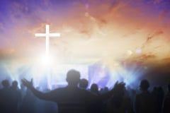 Kristen som lyfter deras händer i beröm och dyrkan på en nattmusikkonsert royaltyfri bild