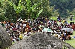 Kristen som predikar i Papuanbyn arkivfoto