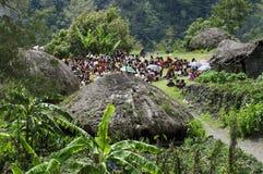 Kristen som predikar i Papuanbyn arkivbilder