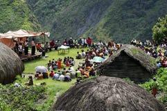Kristen som predikar i Papuanbyn fotografering för bildbyråer