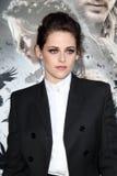 Kristen Stewart chega ?neve na seleção branca e do Huntsman? de Los Angeles Imagem de Stock