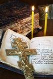 Kristen stilleben med gammal den metallkorsfästelse och boken royaltyfri bild