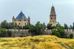 Kristen tempel och muslimsk moské arkivfoton