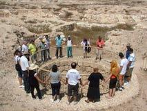Kristen tillber runt om den forntida Araden väl i den Judean öknen i Israel arkivbilder