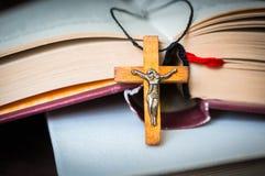 Kristen träarg halsband på den heliga bibeln arkivfoton