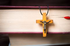 Kristen träarg halsband på den heliga bibeln fotografering för bildbyråer