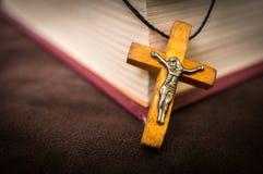 Kristen träarg halsband på den heliga bibeln royaltyfri foto