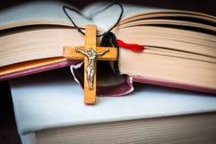 Kristen träarg halsband på den heliga bibeln royaltyfri fotografi