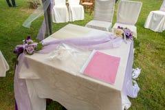 Kristen trobröllopceremoni och uppfriskningar arkivbilder