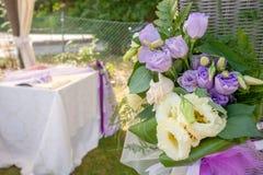 Kristen trobröllopceremoni och uppfriskningar royaltyfri foto