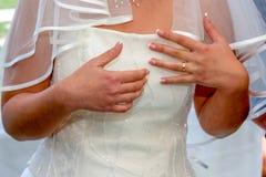 Kristen trobröllopceremoni och uppfriskningar royaltyfria foton