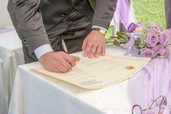 Kristen trobröllopceremoni och uppfriskningar royaltyfria bilder