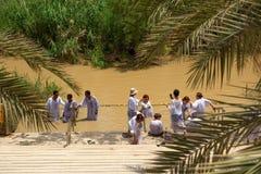 Kristen vallfärdar att döpas i flodJordanien royaltyfria foton