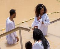 Kristen vallfärdar att döpas i flodJordanien arkivbild