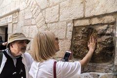 Kristen vallfärdar besöka Via Dolorosa i Jerusalem royaltyfri foto