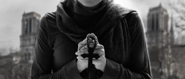 Kristendomen som ber med radbandet och träkorset fotografering för bildbyråer