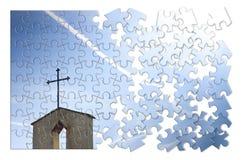 Kristenkors på blå bakgrund i form av pusslet - begrepp Arkivbild