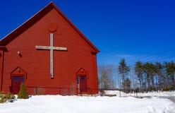 Kristenkors på för vitblått för kyrklig byggnad patriotisk röd patriotism fotografering för bildbyråer