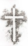 Kristenkors som göras av askaen arkivbild