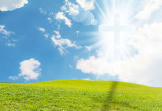 Kristenkorset verkar ljust i himlen royaltyfri bild