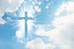 Kristenkorset verkar ljust i himlen royaltyfri foto