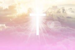 Kristenkorset verkar ljust i himlen royaltyfria foton