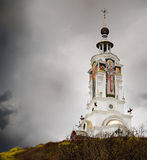 Kristenkyrka i stormoklarheter Arkivbilder