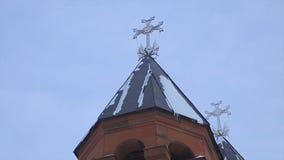 Kristenkyrka i vinter Den berömda helgonGregory Tigran Honents kyrkan omges med vinterlandskap kyrkligt ritebröllop för ceremoni arkivbild