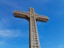 Kristet kors för metallkonstruktion med härlig bakgrund royaltyfria bilder