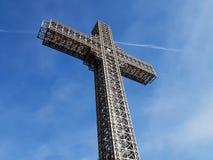 Kristet kors för metallkonstruktion med härlig bakgrund för blå himmel arkivfoton
