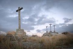 Kristet kors som snidas i granitsten i förgrunden arkivbilder