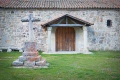 Kristet kors som snidas i granitsten i förgrunden royaltyfri bild